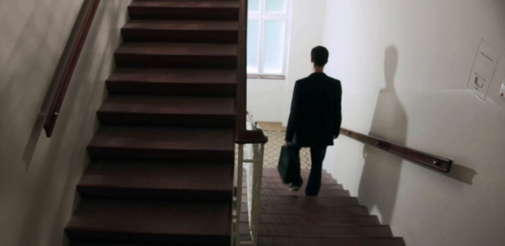 Alleine im Stiegenhaus